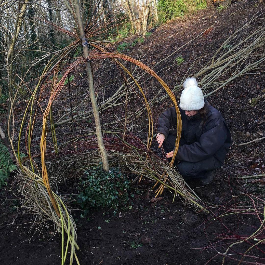 Alis Joscelyne working on a willow sculpture